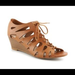 Adorable cognac caged wedges